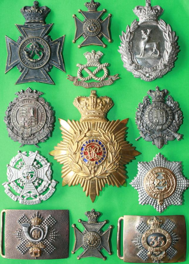 VICTORIAN BADGES AND HELMET AND CROSS BELT PLATES