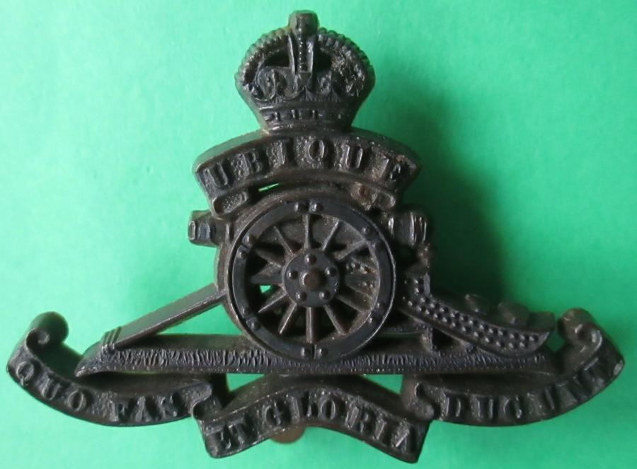 A GOOD SCARCE WWII PLASTIC ROYAL ARTILLERY CAP BADGE