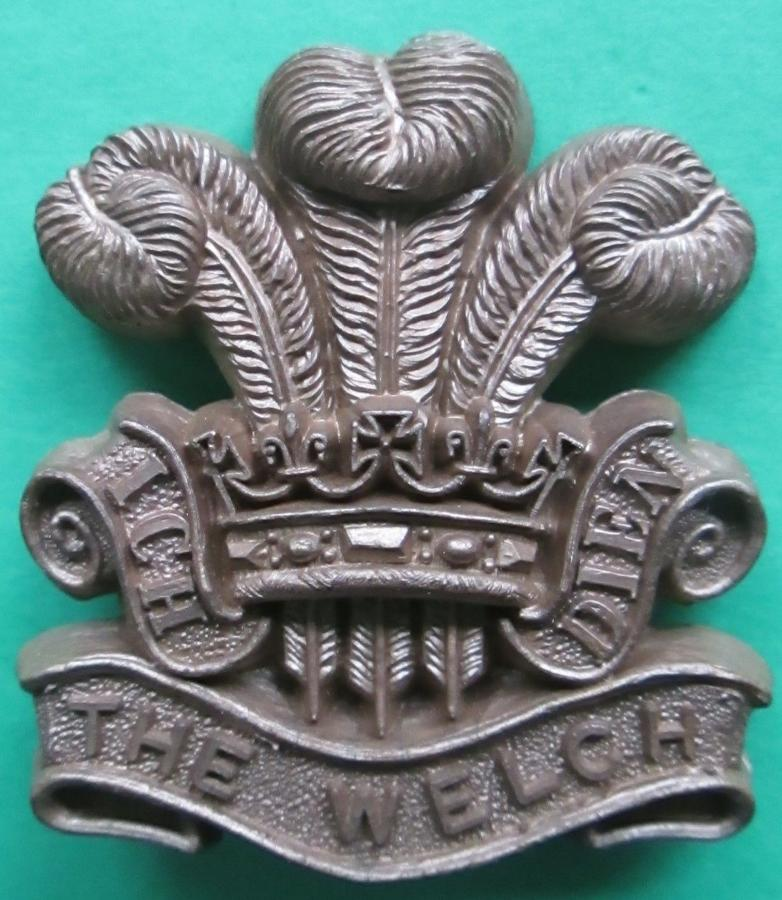 A WWII PLASTIC WELSH REGT CAP BADGE