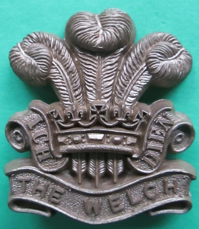 A WWII PLASTIC WELSH REGT CAP BADGE