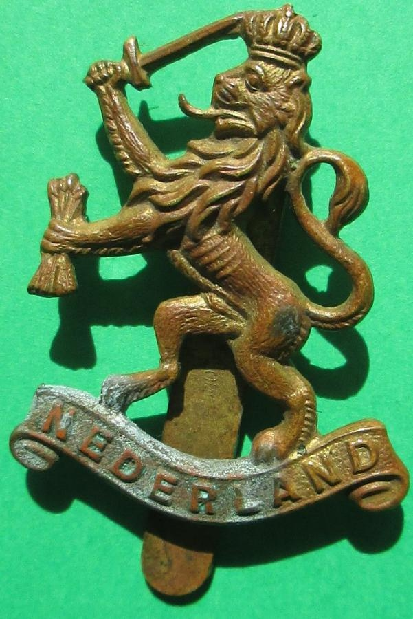 A WWII NETHERLANDS FREE FORCES CAP BADGE