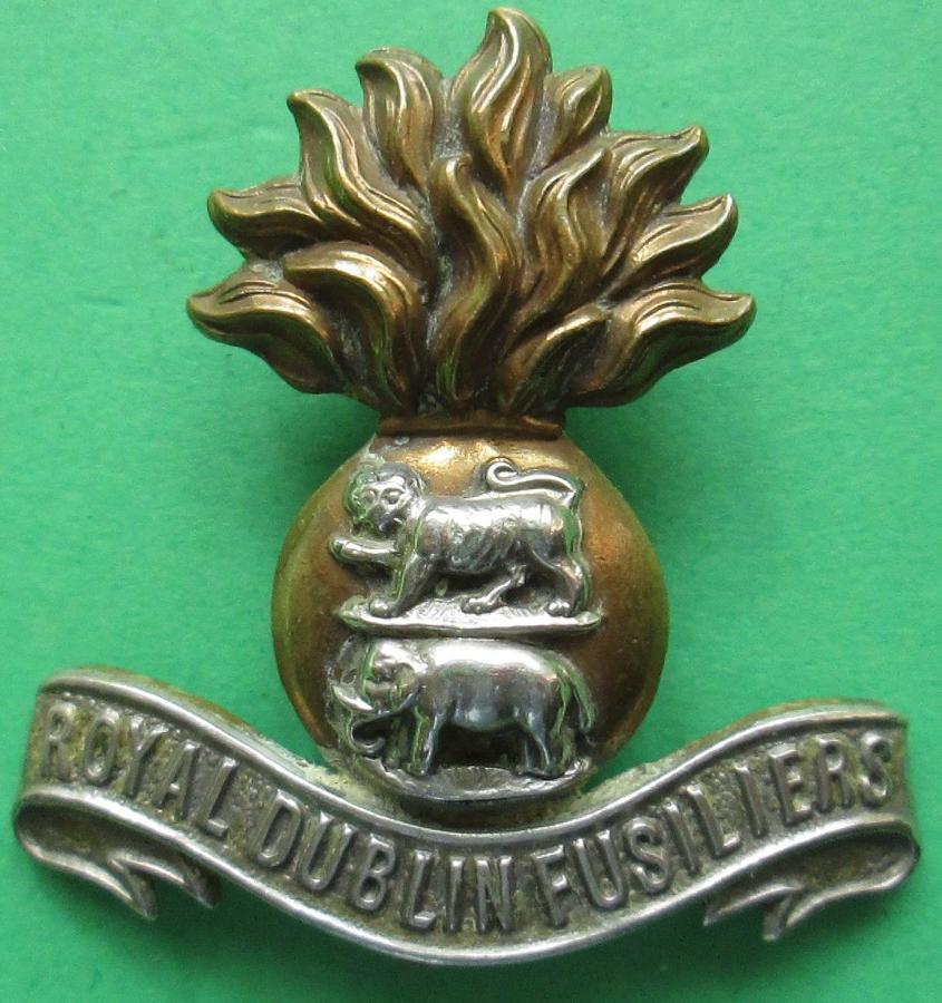 A GOOD ROYAL DUBLIN FUSILIERS OR'S CAP BADGE