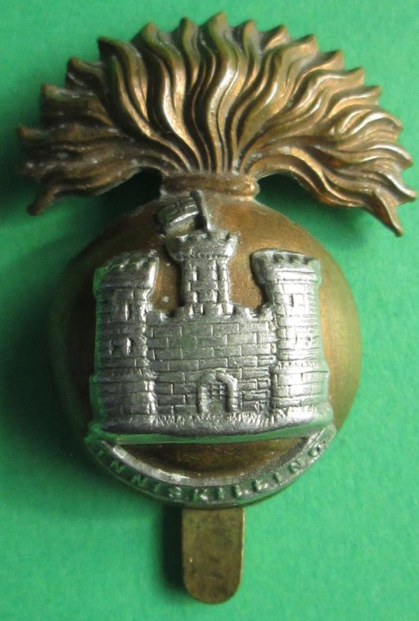 A GOOD WWI ROYAL INNISKILLING FUSILIERS CAP BADGE