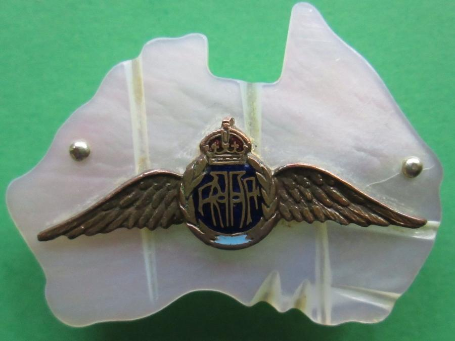 A VERY GOOD WWII / EARLIER ROYAL AUSTRALIAN AIR FORCE SWEETHEART BADGE