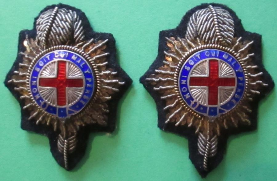 A PAIR OF OFFICERS BULLION WIRE AND ENAMEL ROYAL SUSSEX COLLAR DOGS