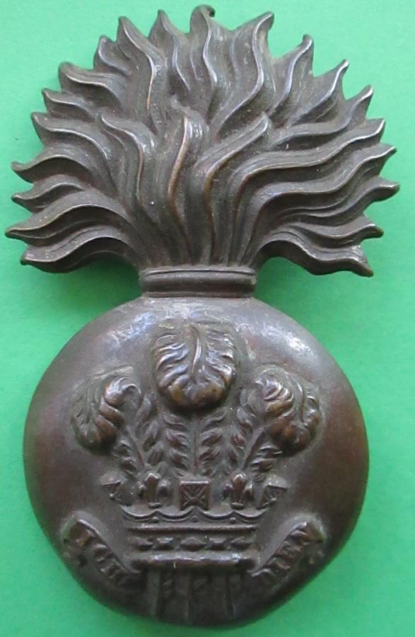 A ROYAL WELSH FUSILIERS FUSE BOMB / GRENADE GLENGARRY BADGE