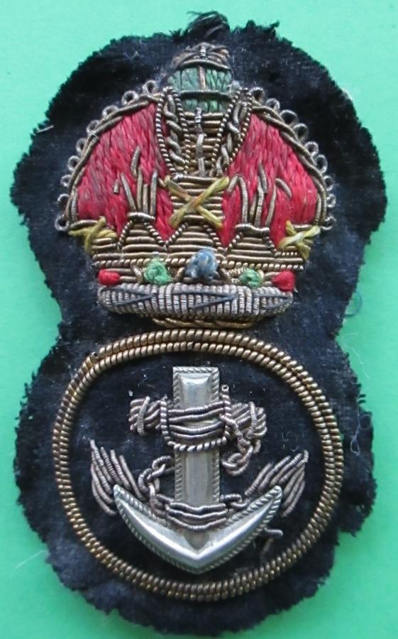 A ROYAL NAVY PETTY OFFICERS KINGS CROWN CAP BADGE