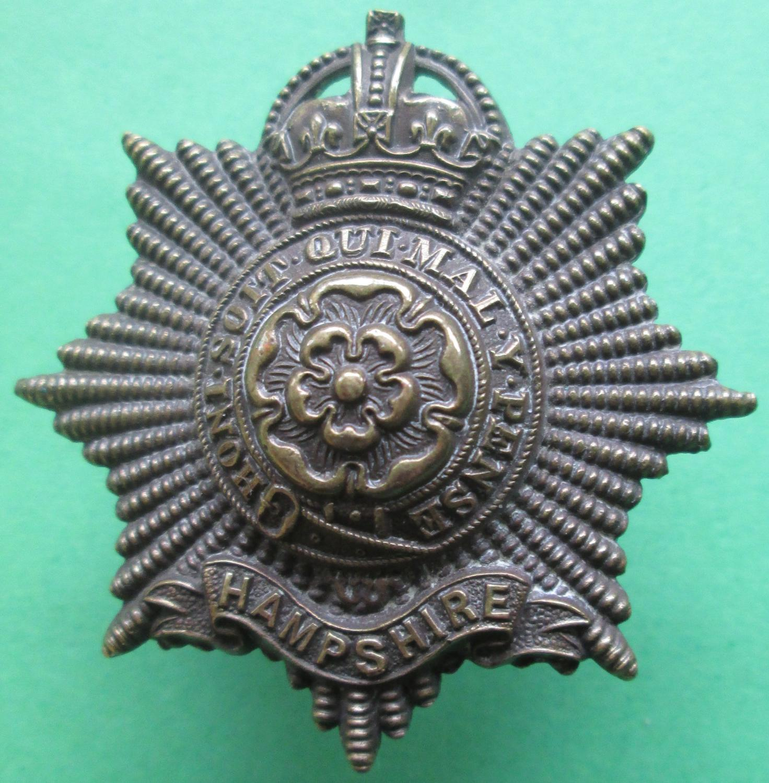 AN OFFICERS BRONZE HAMPSHIRE REGIMENT CAP BADGE