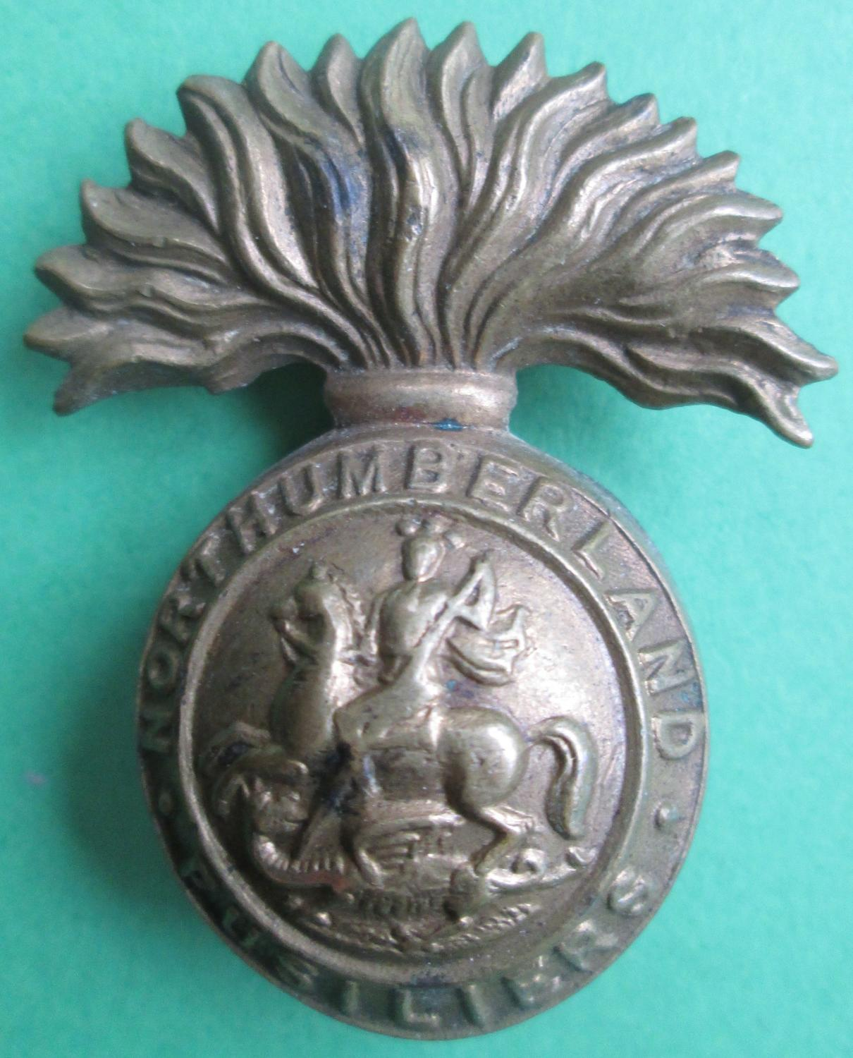 A NORTHUMBERLAND FUSILIERS BADGE