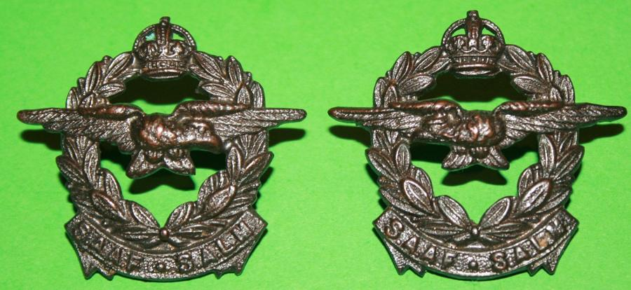 A PAIR OF SOUTH AFRICAN AIR FORCE BRONZE COLLAR BADGES