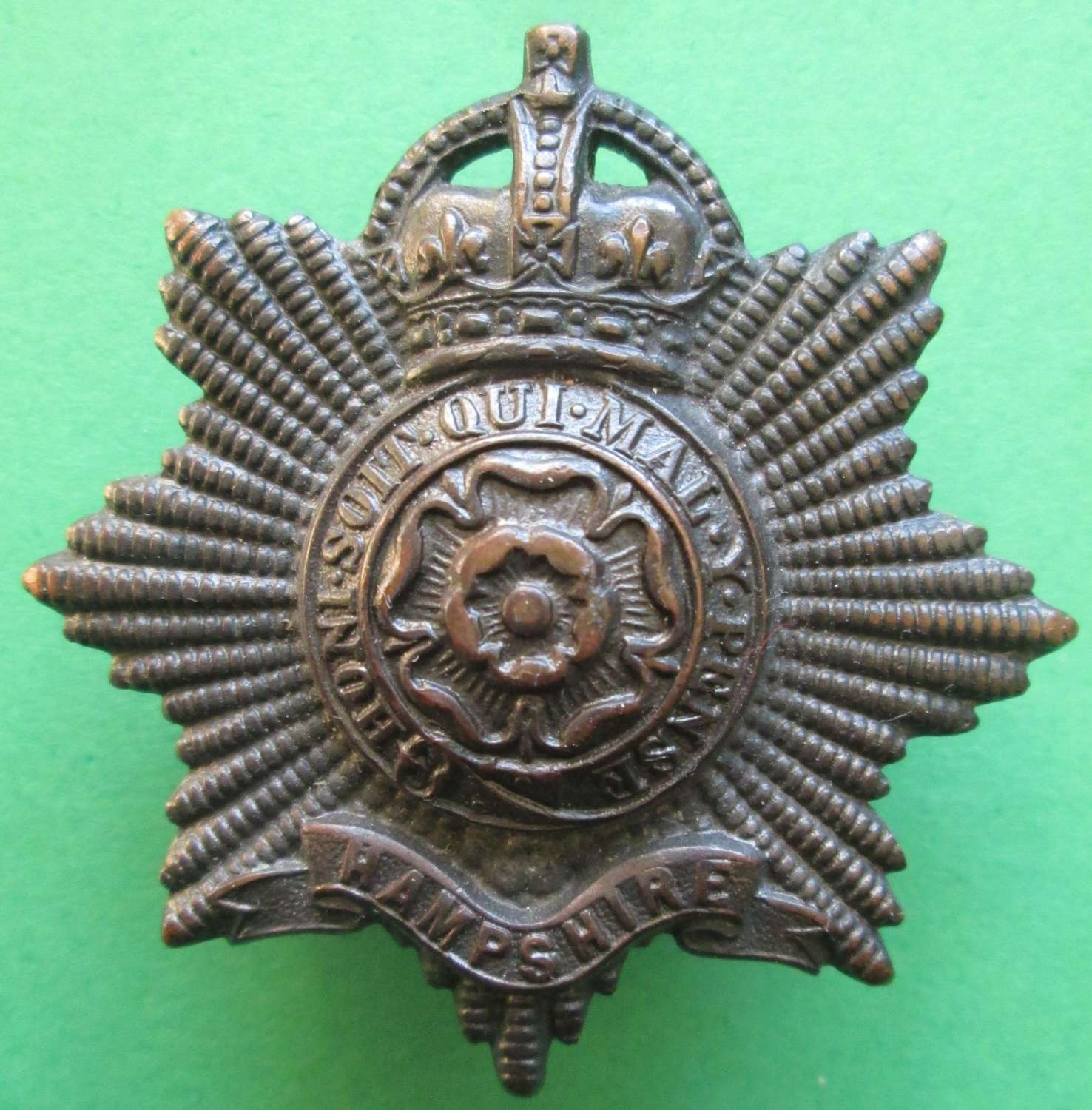 A BRONZE OFFICERS PRE 1947 HAMPSHIRE REGIMENT CAP BADGE