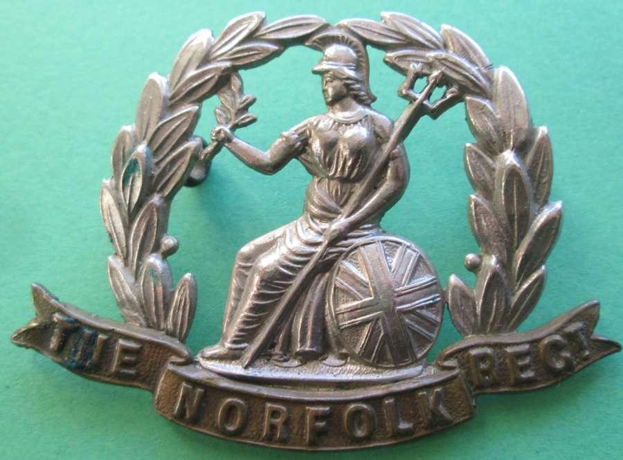 A VICTORIAN / EDWARDIAN PERIOD NORFOLK REGIMENT CAP BADGE