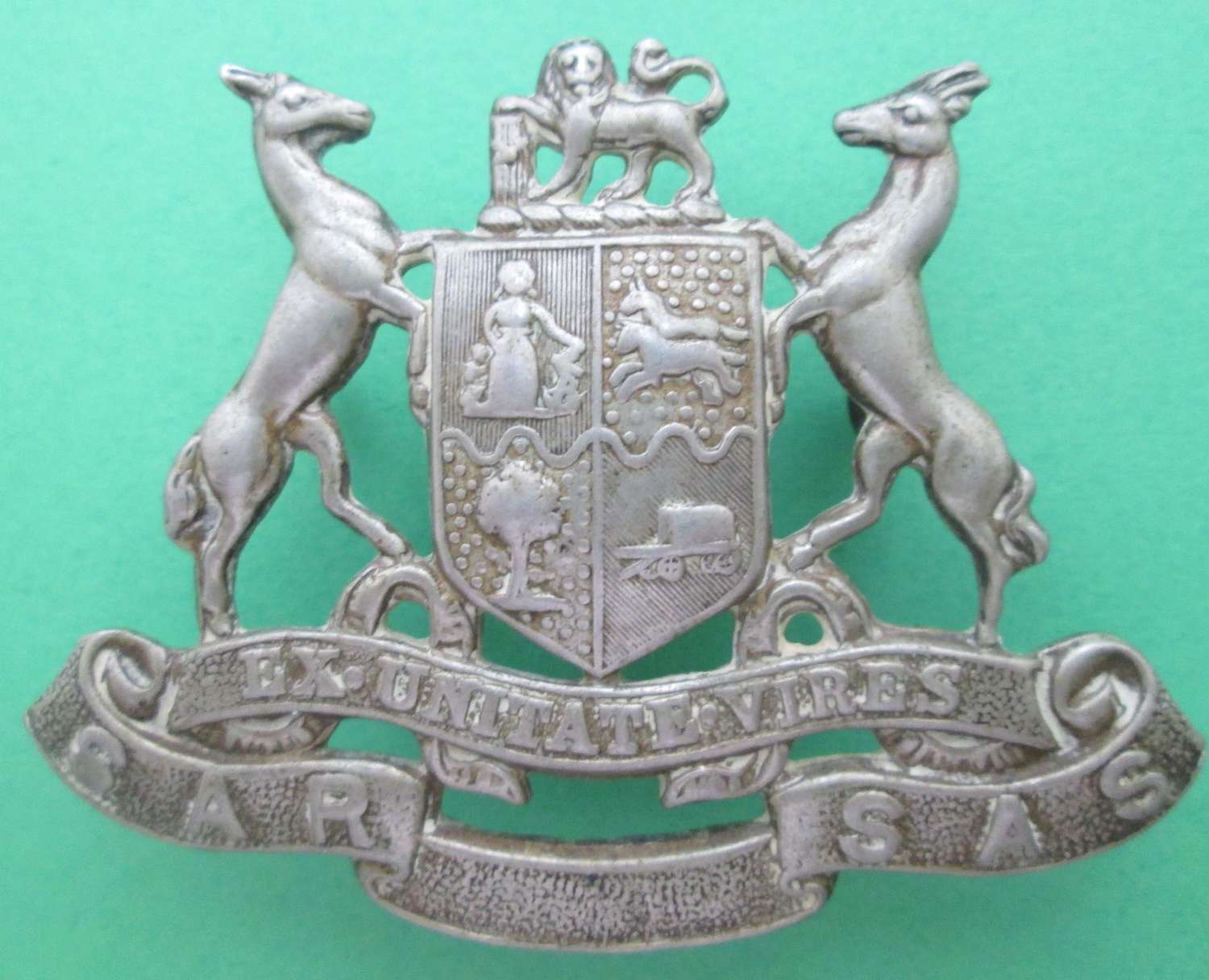 A SOUTH AFRICAN DOCKS AND RAILWAYS RIFLES CAP BADGE