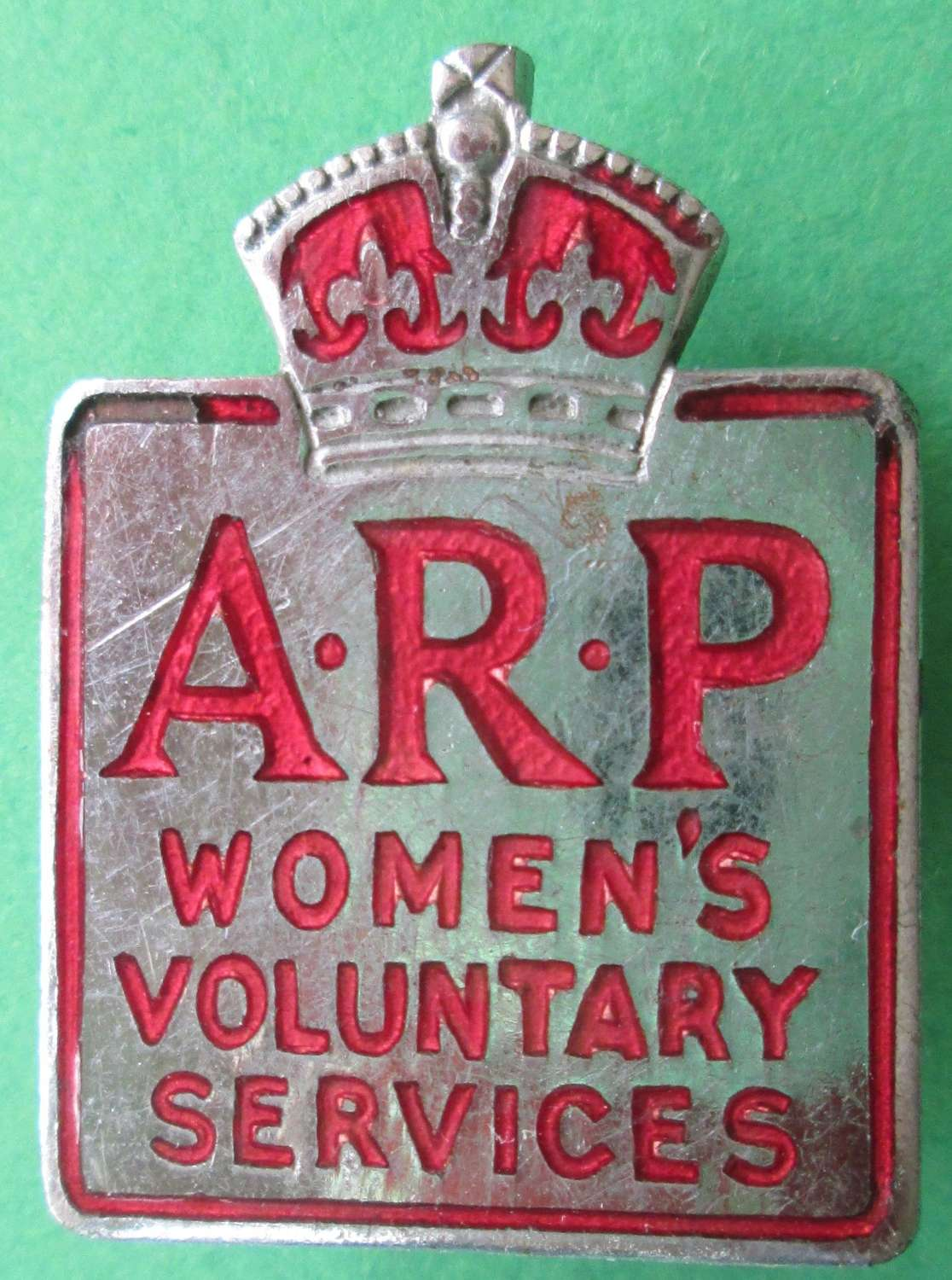 A SCARCE WWII WOMEN'S VOLUNTARY SERVICES ARP PIN BADGE