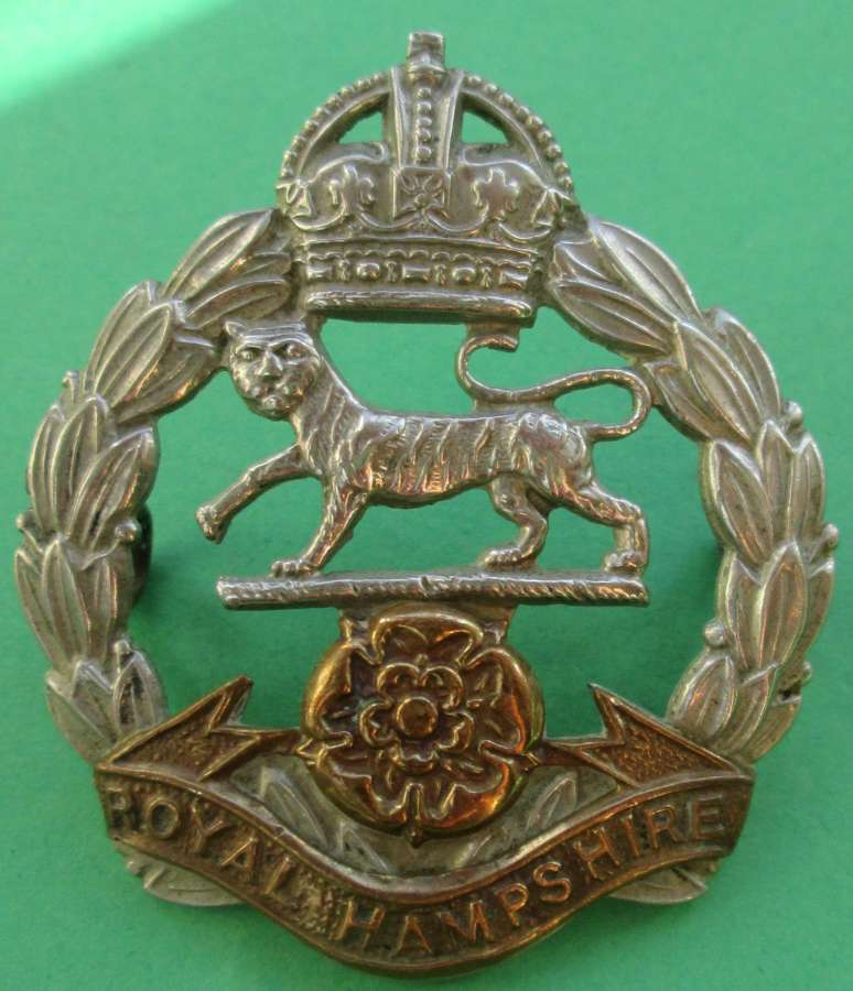A ROYAL HAMPSHIRE REGIMENT CAP BADGE 1947-1952 EXAMPLE