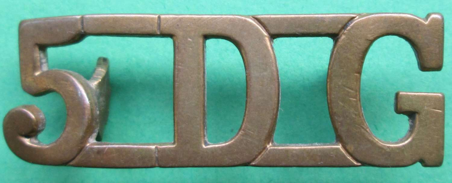 A 5TH DRAGOON GUARDS METAL SHOULDER TITLE