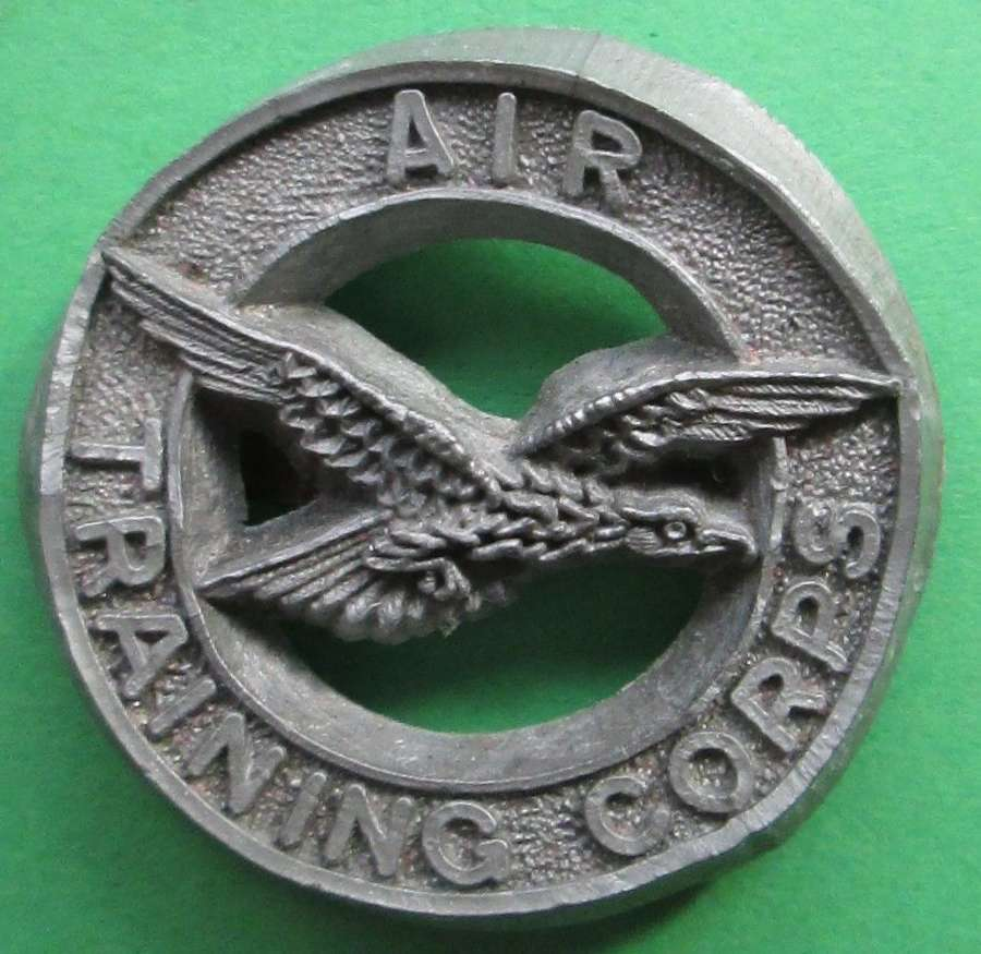 AN AIR TRAINING CORPS PLASTIC CAP BADGE