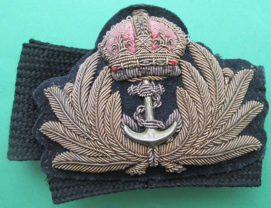 A ROYAL NAVAL OFFICERS CAP BADGE