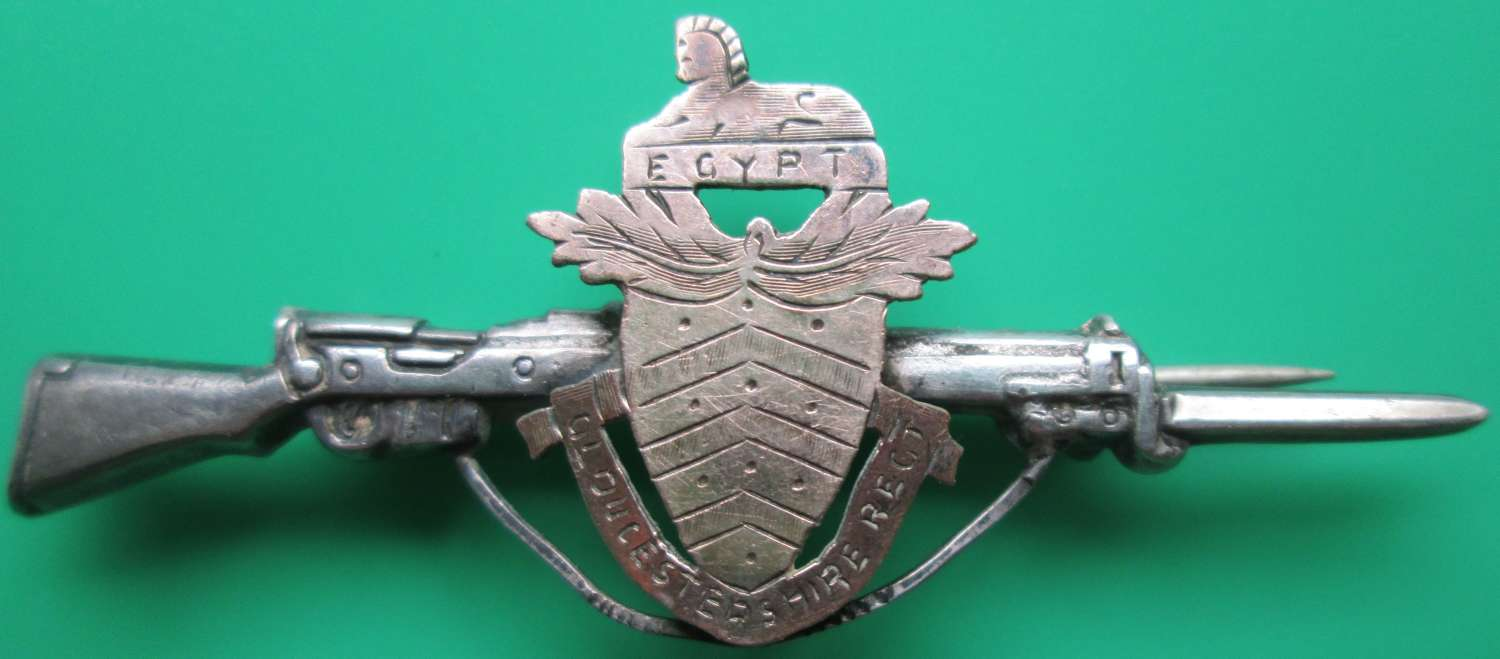 A WWI GLOUCESTERSHIRE REGT GOLD FRONTED RIFLE BROOCH