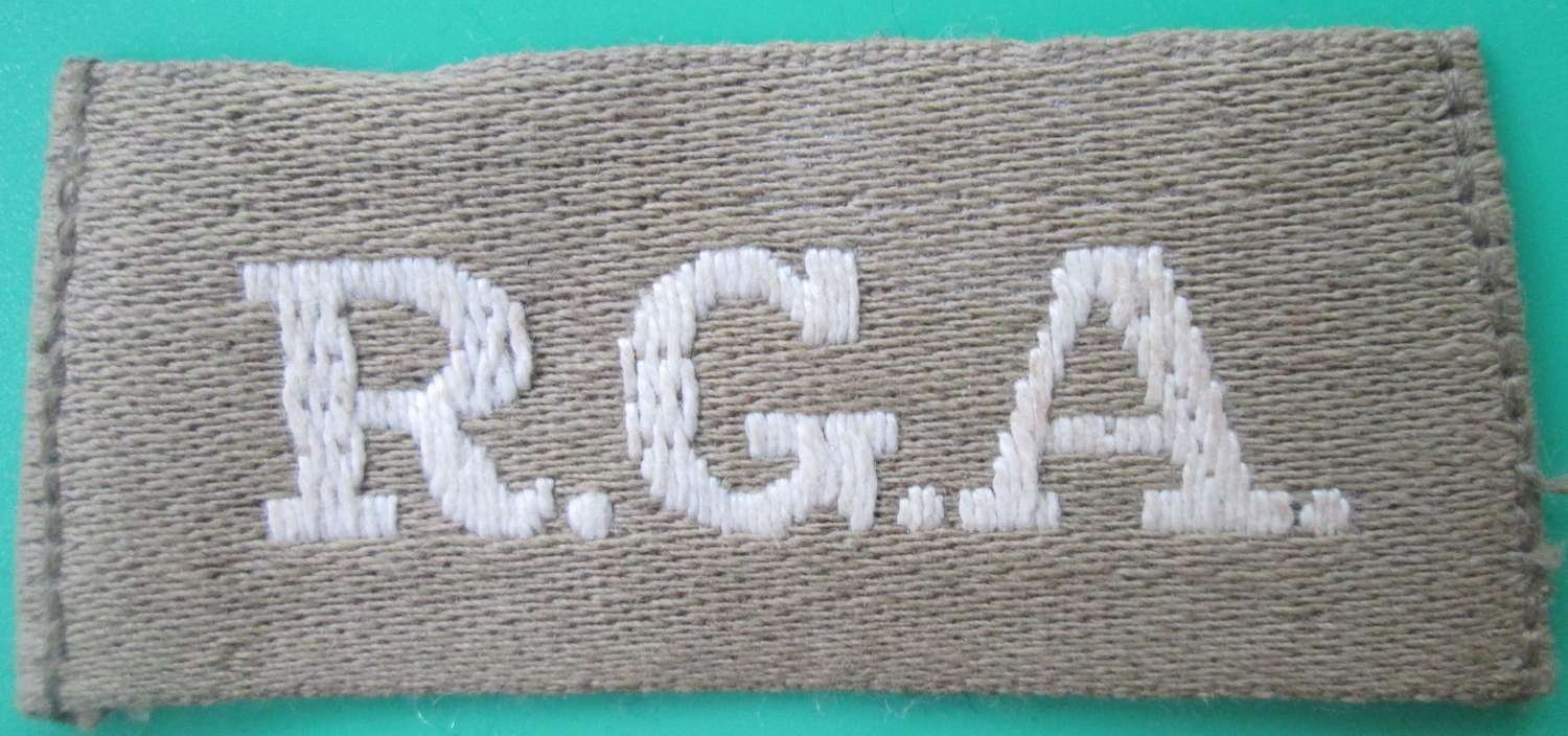 A LATE WWI ROYAL GARRISON ARTILLERY SLIP ON SHOULDER TITLE