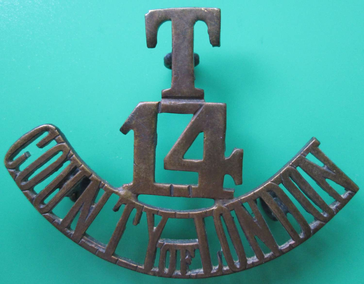 A 14TH TERRITORIAL COUNTY OF LONDON METAL SHOULDER TITLE