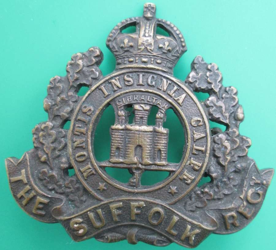 A BRONZE SUFFOLK REGIMENT CAP BADGE