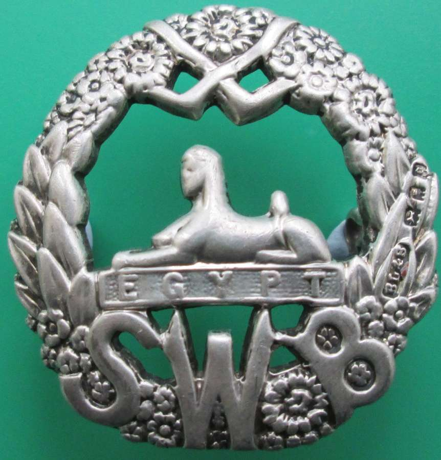 A SOUTH WALES BORDERS OFFICERS SILVER CAP BADGE