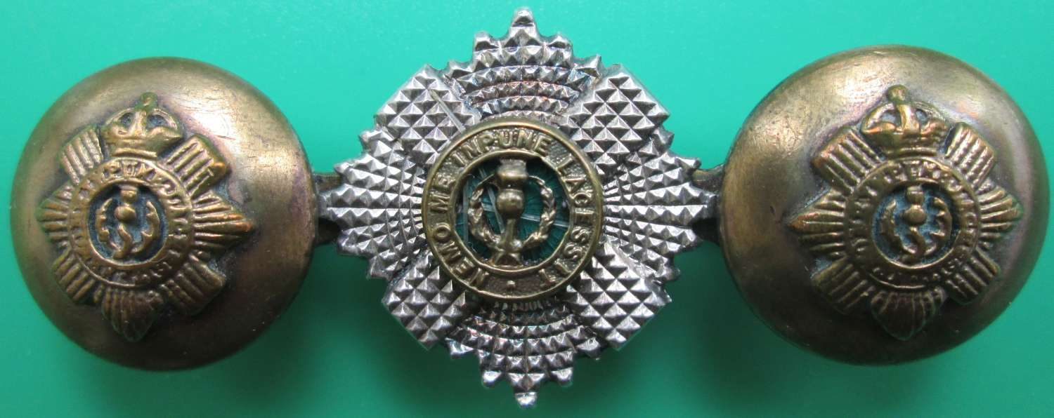A SCOTS GUARDS OFFICERS BUTTON AND COLLAR BADGE BROOCH