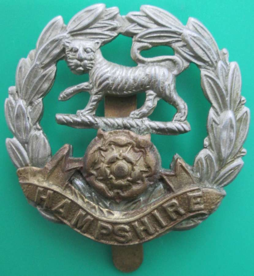 A GOOD HAMPSHIRE REGIMENT OTHER RANKS CAP BADGE