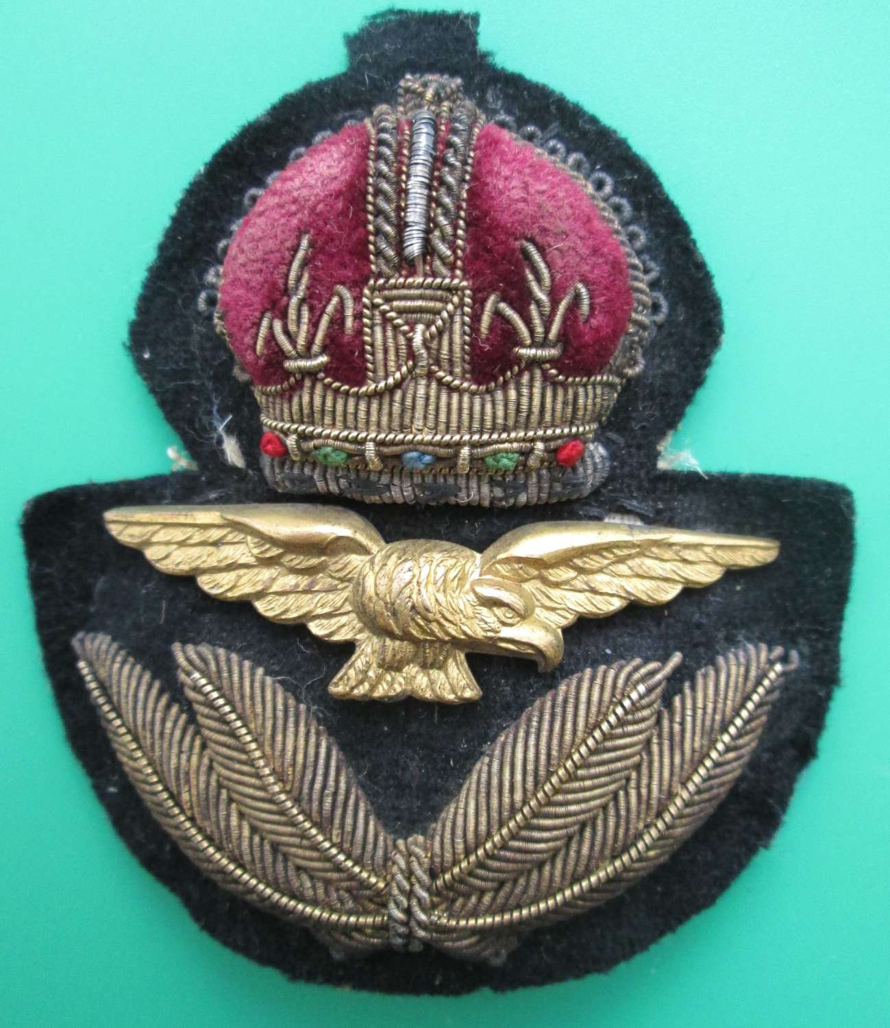 A GOOD WWII PERIOD RAF OFFICERS CAP BADGE