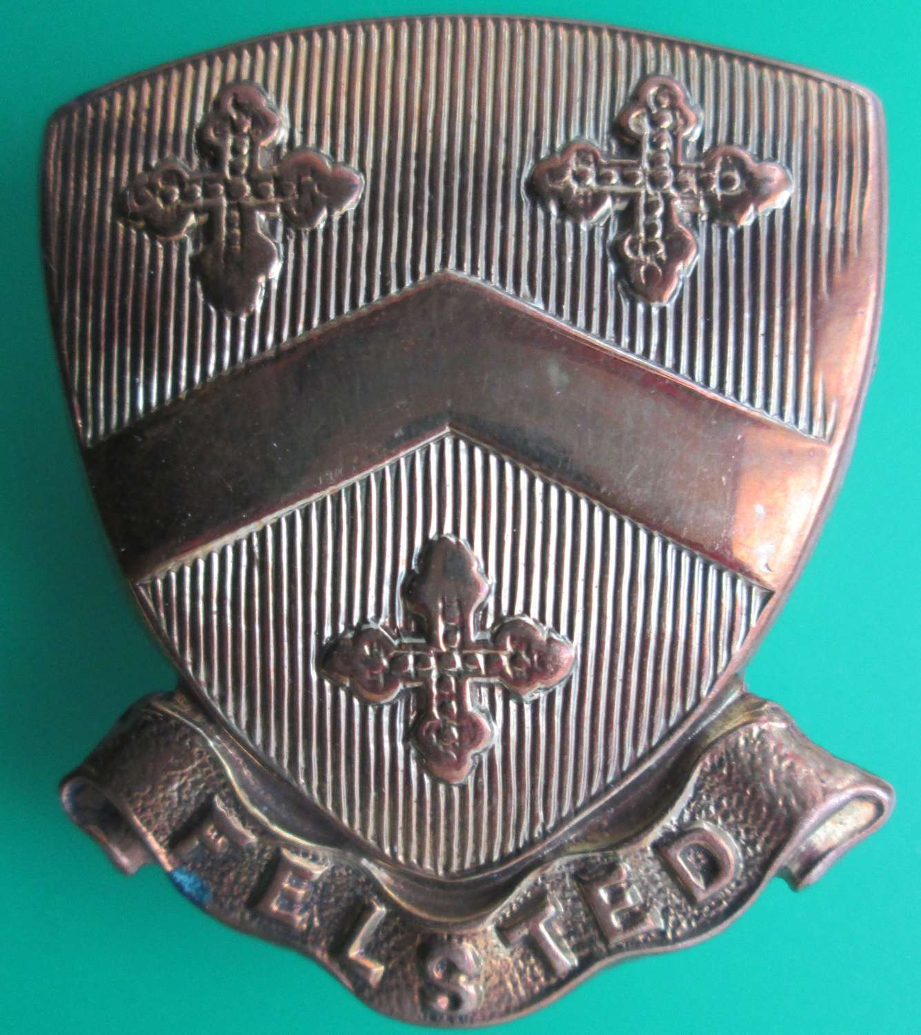 A GOOD USED EXAMPLE OF THE FELSTED OTC / SCHOOL CAP BADGE