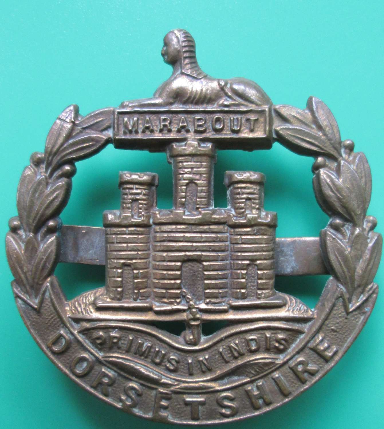 AN OFFICERS DORSETSHIRE BRONZE CAP BADGE