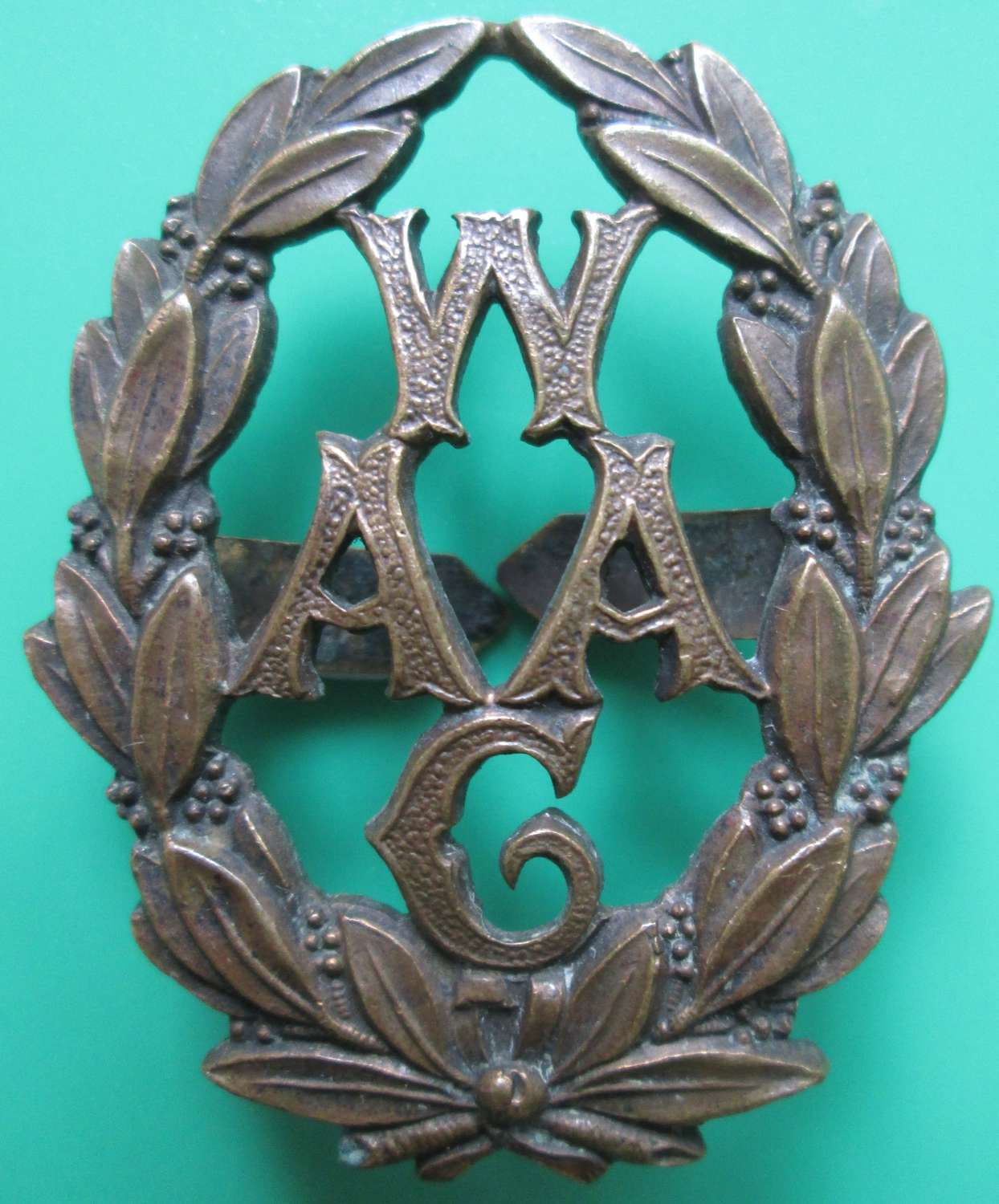 A WWI WOMAN'S AUXILIARY ARMY CORPS CAP BADGE