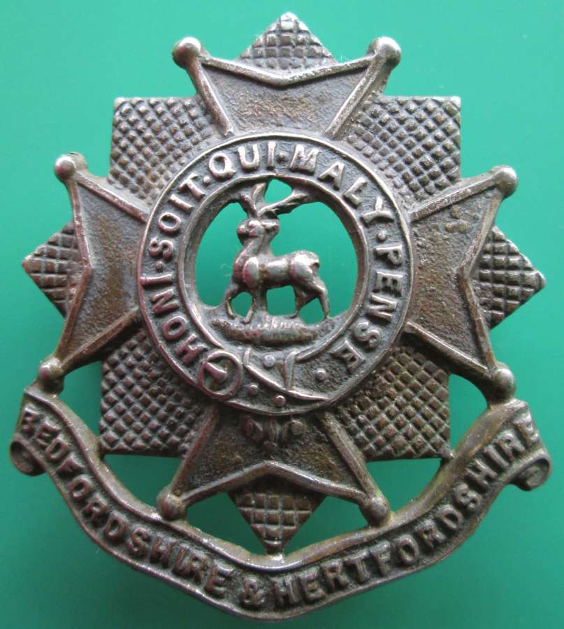 A BEDFORDSHIRE AND HEREFORDSHIRE CAP BADGE
