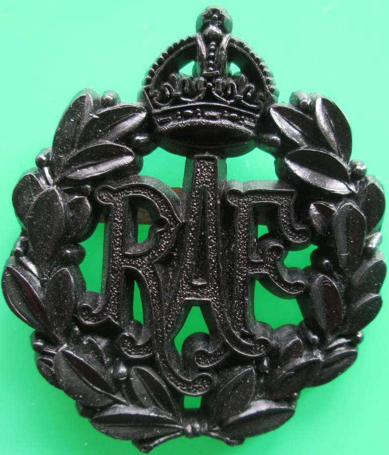 A GOOD RAF PLASTIC CAP BADGE