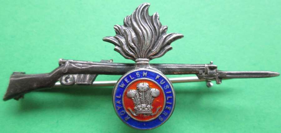 A WWI PERIOD ROYAL WELSH FUSILERS RIFLE SWEETHEART BROOCH