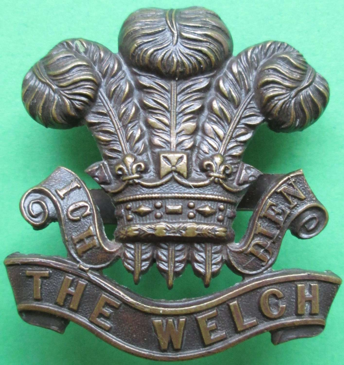 A GOOD WWII PERIOD WELCH ( WELSH  REGT ) OFFICERS BRONZE CAP BADGE