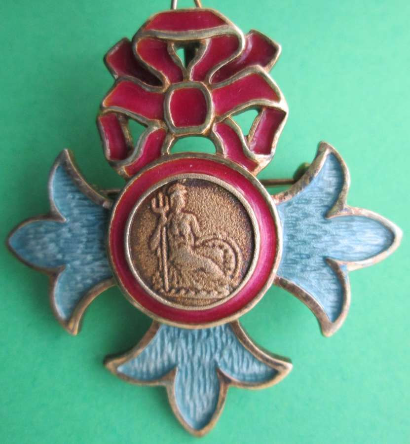 A LADIES BOXED MBE  / OBE MINATURE BROOCH SILVER HALLMARKED