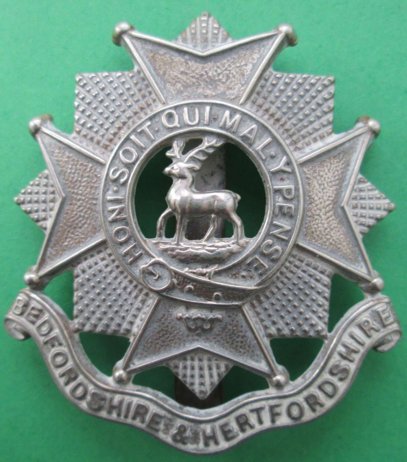 A BEDFORDSHIRE AND HERTFORDSHIRE CAP BADGE