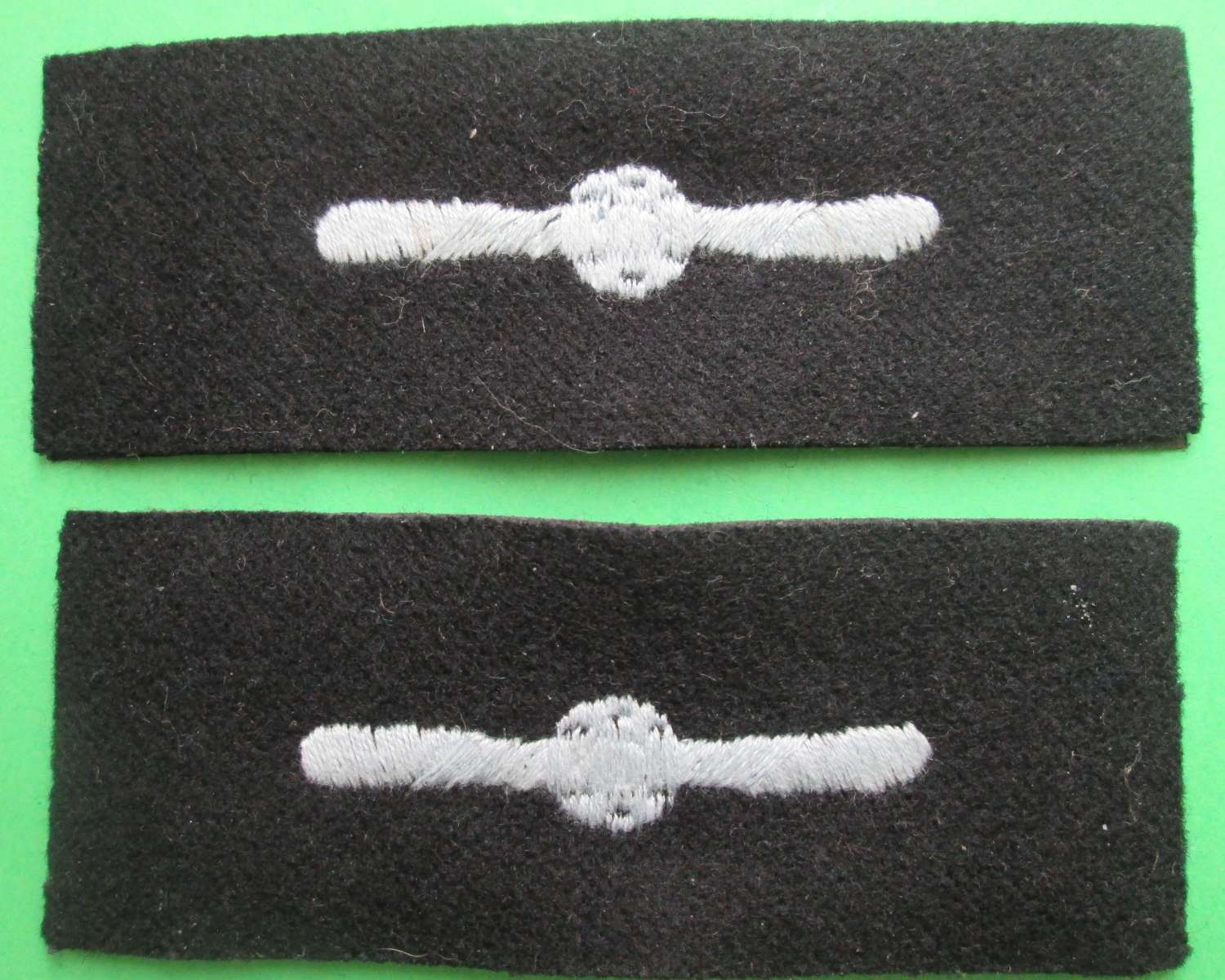 A PAIR OF LEADING AIR CRAFTSMAN ARM BADGES