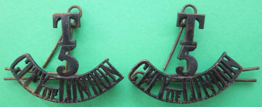 A PAIR OF METAL SHOULDER TITLES FOR CITY OF LONDON 5TH TERRITORIALS