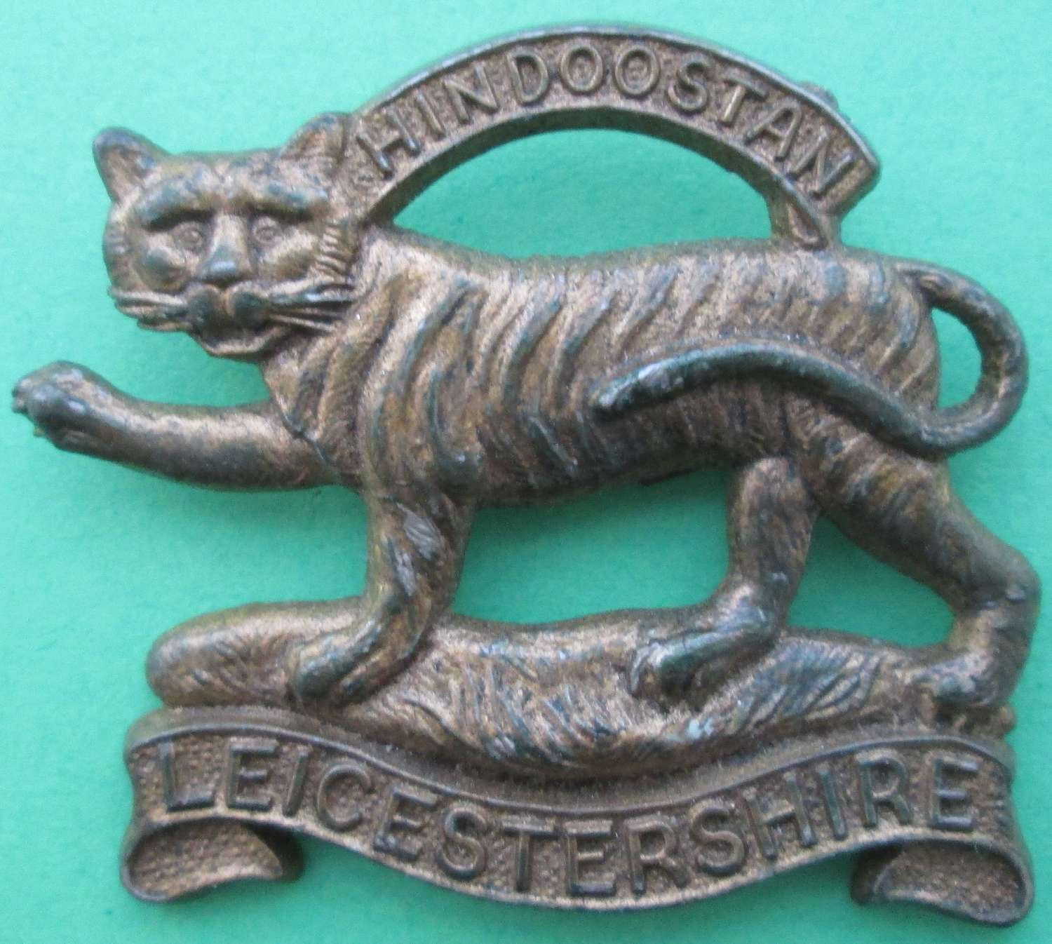 A GOOD SCARCE WWII LEICESTERSHIRE REGT PLASTIC CAP BADGE BADGE