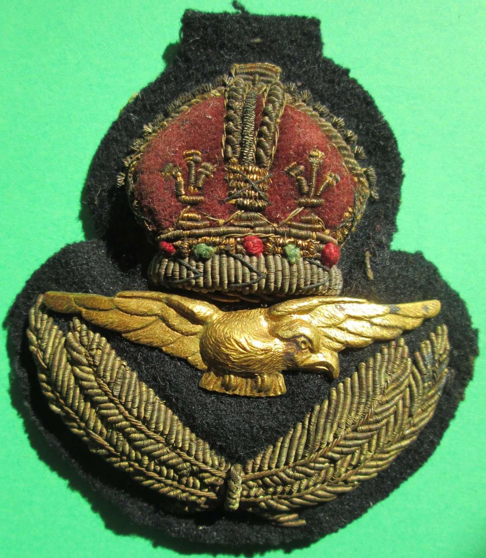 AN RAF OFFICER'S CAP BADGE
