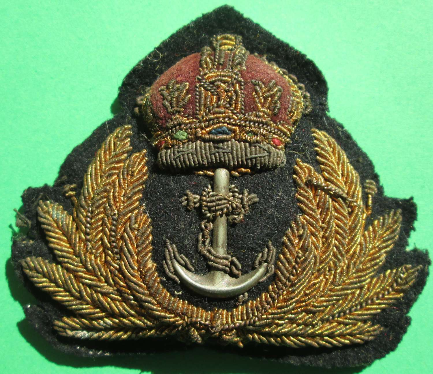 A WWII PERIOD ROYAL NAVY OFFICER'S CAP BADGE
