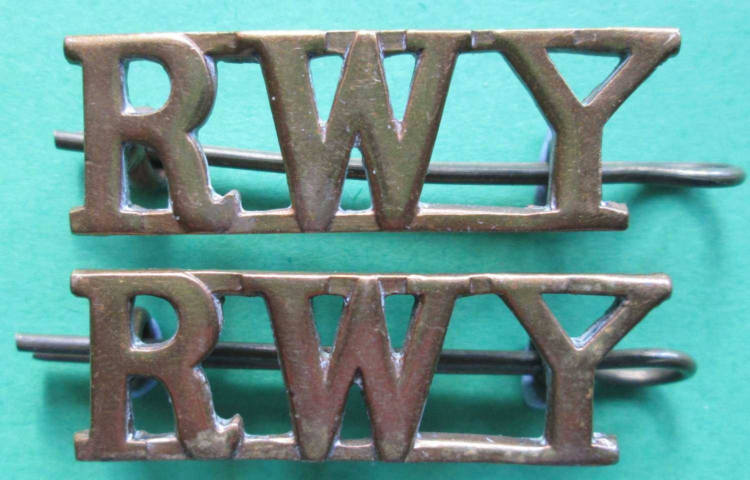 A PAIR OF SHOULDER TITLES FOR THE ROYAL WILTSHIRE YEOMANRY