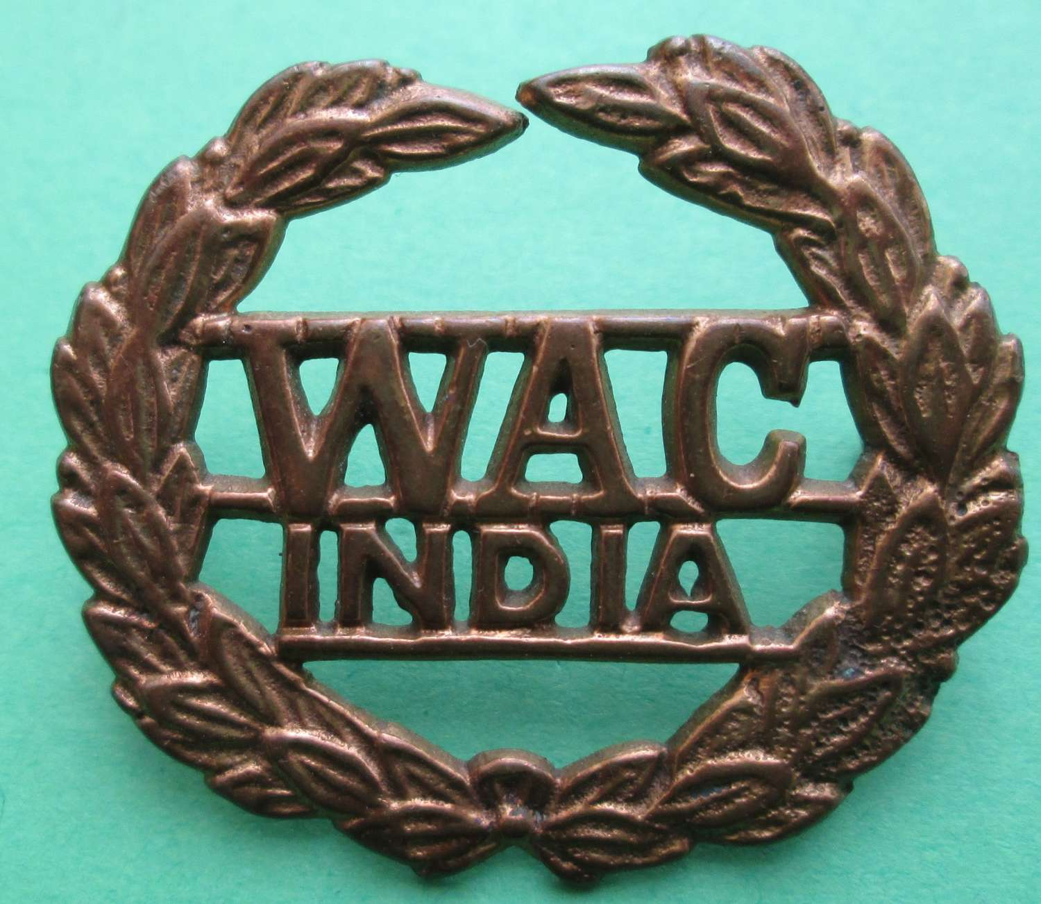A WOMEN'S ARMY CORPS INDIA CAP BADGE