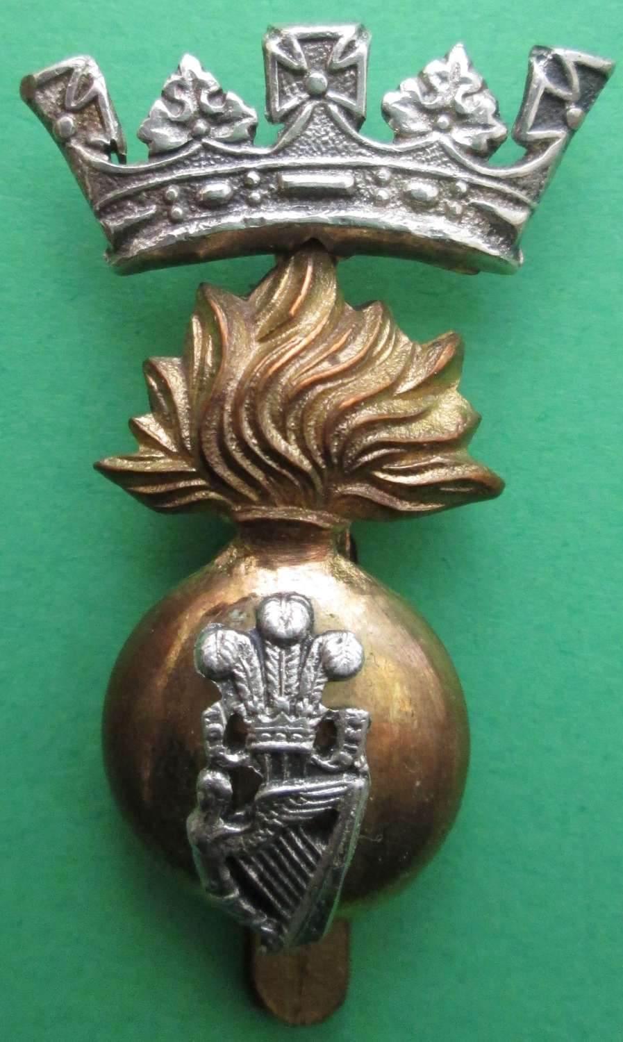 AN OFFICERS ROYAL IRISH FUSILIERS CAP BADGE