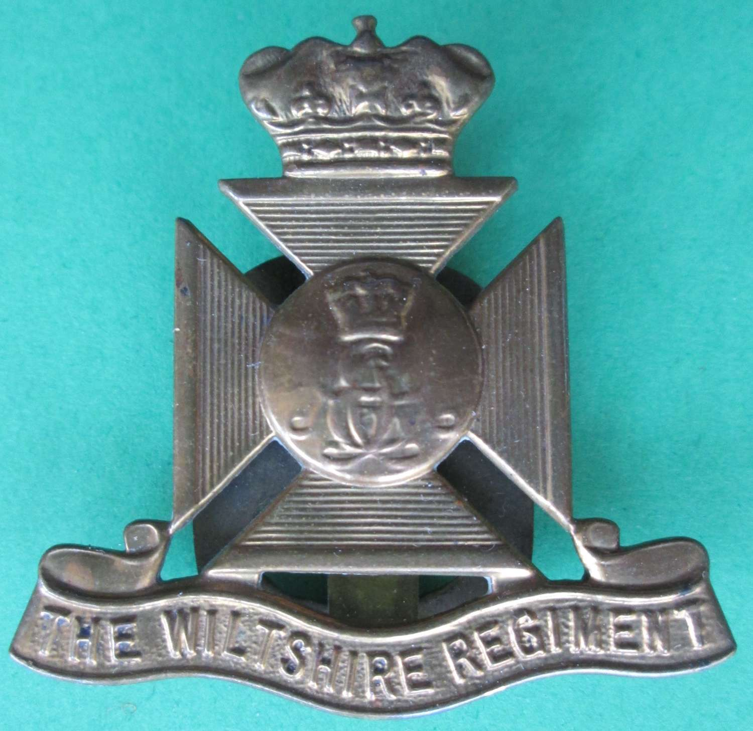 A GOOD USED WWII WILTSHIRE REGIMENT CAP BADGE