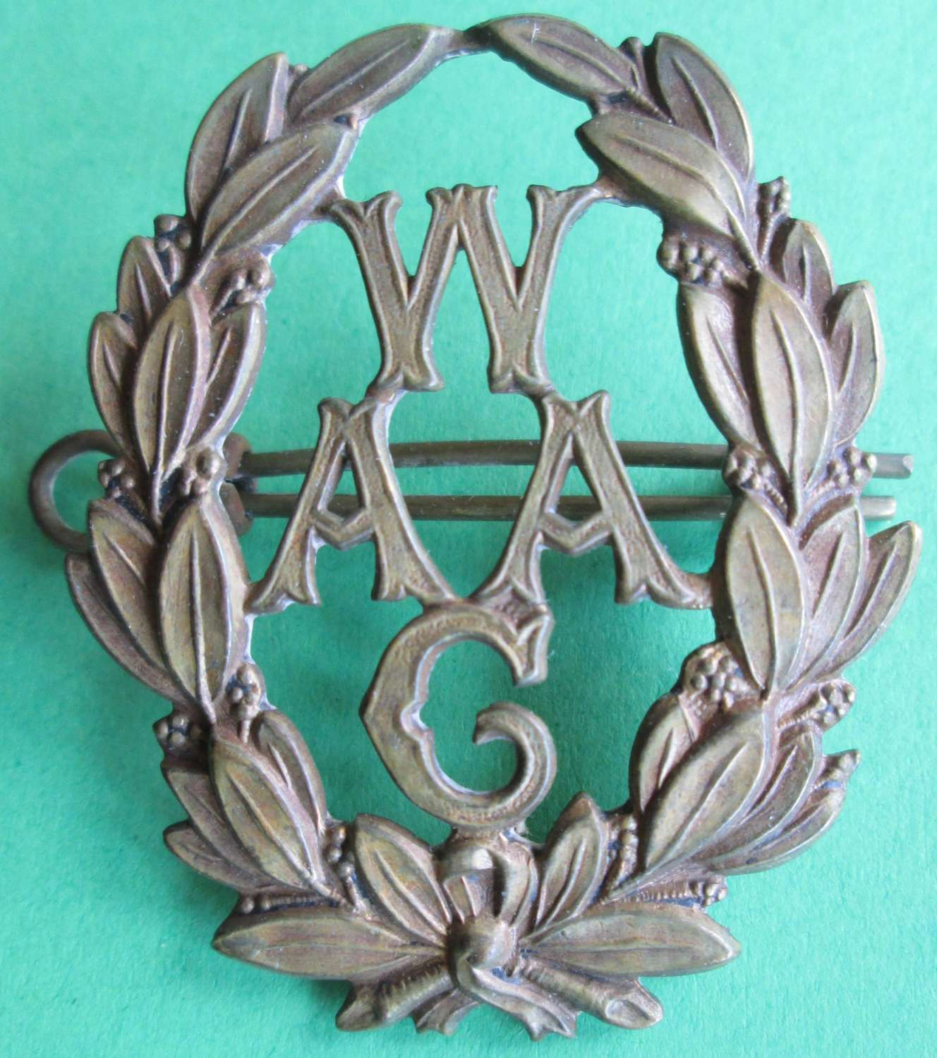 A FIRST WORLD WAR WOMEN'S ARMY AUXILIARY CORPS BADGE
