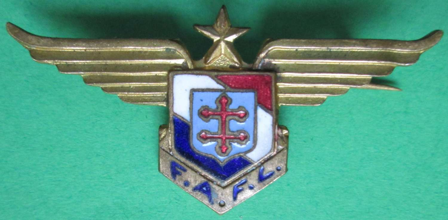 A GOOD WWII MEDIIUM SIZE FREE FRENCH AIR FORCE supporters badge